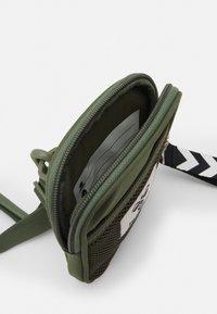 Hummel - HMLELECTRO SHOULDER BAG UNISEX - Taška spříčným popruhem - cypress - 2