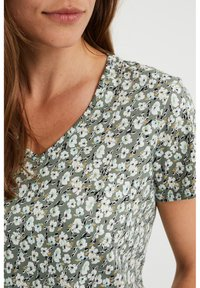 WE Fashion - MET BLOEMENDESSIN - Print T-shirt - green - 4