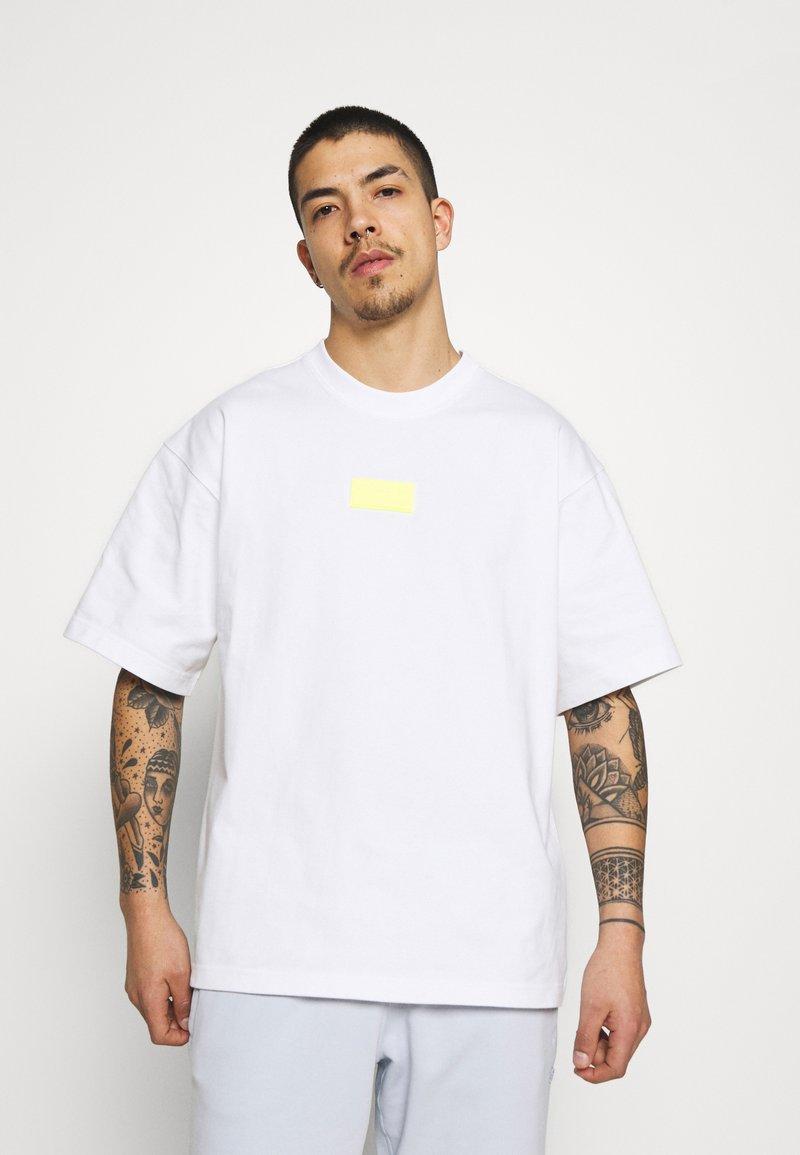 adidas Originals - SILICON - Camiseta estampada - white/solar yellow