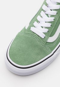 Vans - OLD SKOOL UNISEX - Trainers - shale green/true white - 5