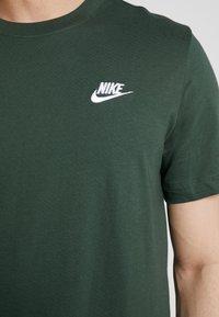 Nike Sportswear - CLUB TEE - T-shirt - bas - galactic jade/white - 5