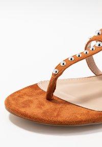 BEBO - MORA - Sandály s odděleným palcem - tan - 2