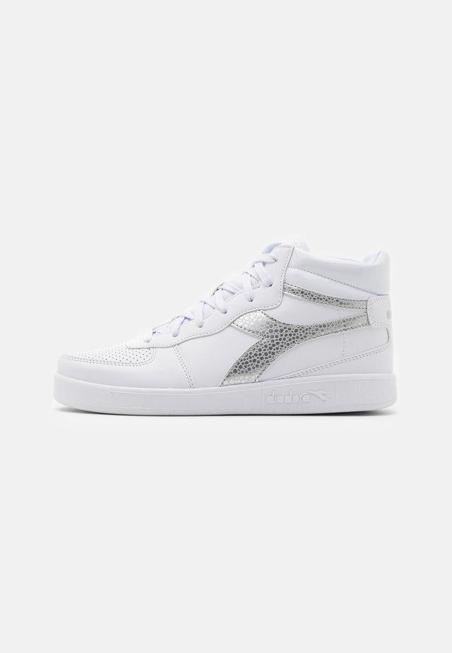 PLAYGROUND UNISEX - Chaussures d'entraînement et de fitness - white/silver