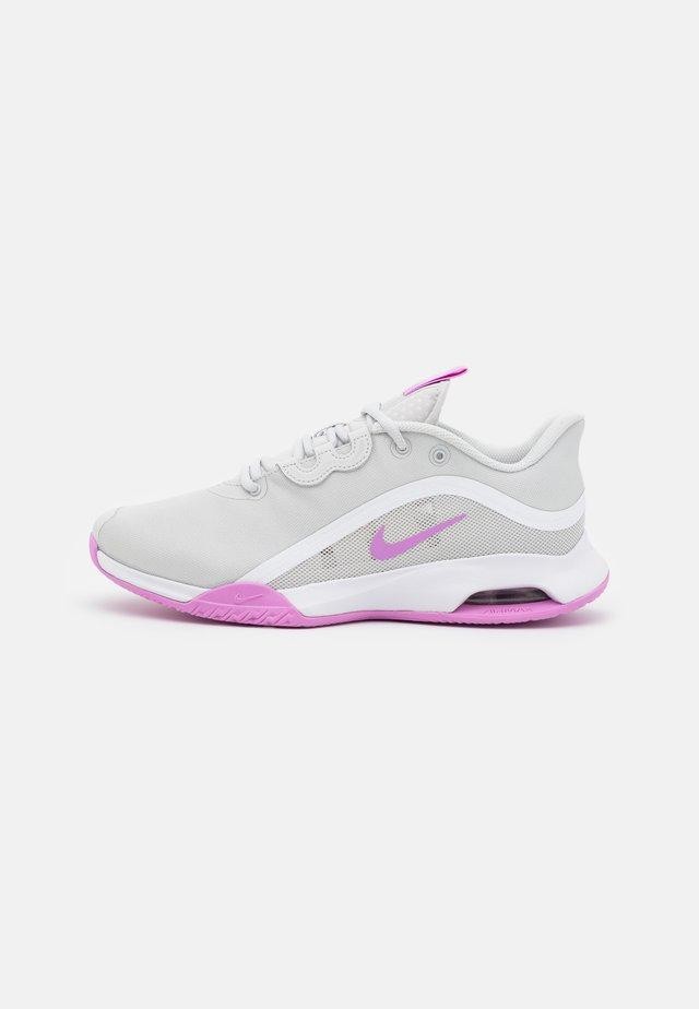 AIR MAX VOLLEY - Chaussures de tennis toutes surfaces - photon dust/fuchsia glow/white