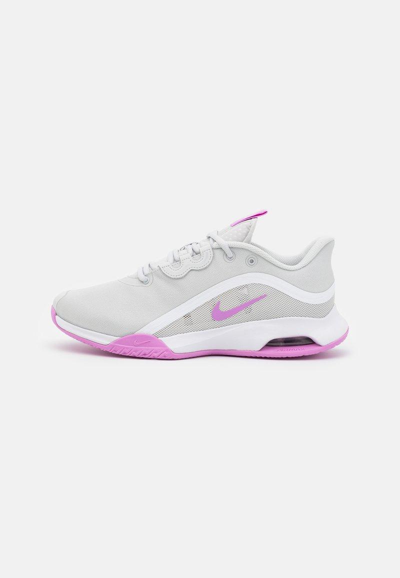 Nike Performance - AIR MAX VOLLEY - Allcourt tennissko - photon dust/fuchsia glow/white