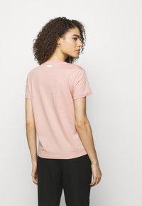 KARL LAGERFELD - SIGNATURE - Print T-shirt - rose - 2
