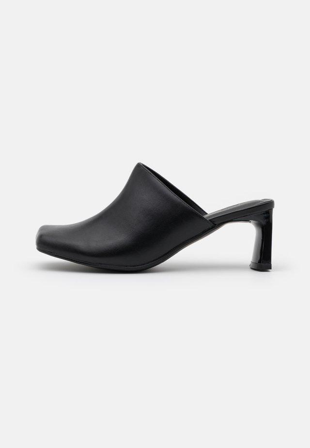 JESSIE - Pantofle na podpatku - black