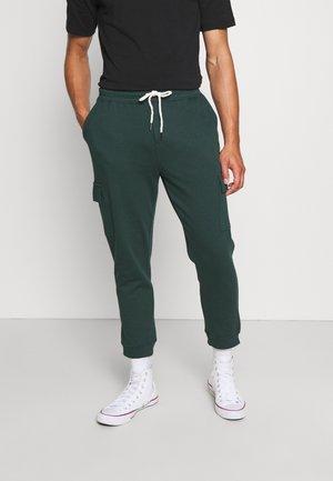 TRIPPY TRACKIE - Pantaloni sportivi - varsity green