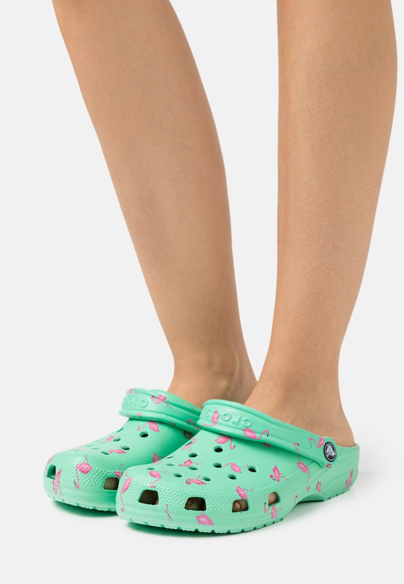 Crocs - CLASSIC VACAY VIBES - Pantofle - flamingo