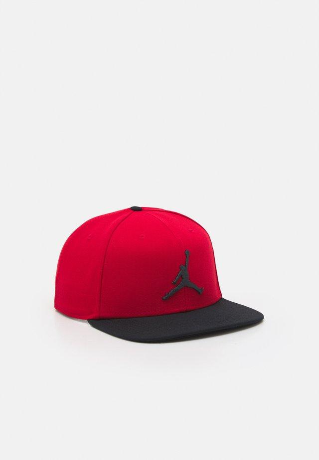 PRO JUMPMAN SNAPBACK - Gorra - gym red/dark smoke grey/black