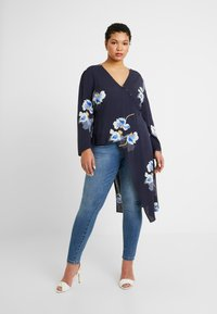 Lost Ink Plus - EXCLUSIVE BUTTON FRONT PRINTED BLOUSE - Blouse - navy - 1