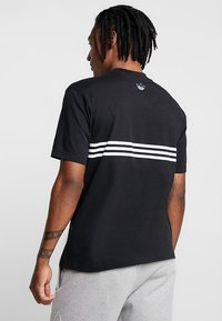 adidas Originals - OUTLIN TEE - Print T-shirt - black - 2