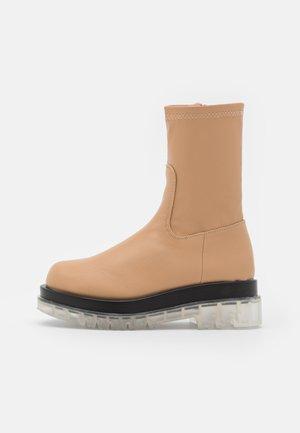 STORMI - Kotníkové boty na platformě - nude