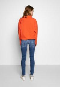 Rich & Royal - MIDI NEON PIPING - Slim fit jeans - denim blue - 2