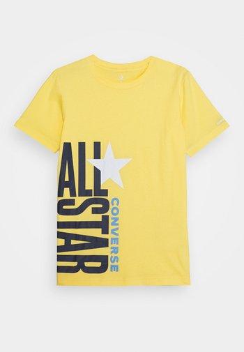 ALL STAR STACKED TEE - Triko spotiskem - topaz gold