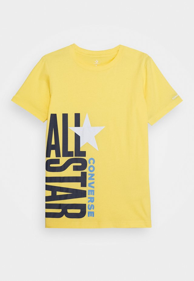 ALL STAR STACKED TEE - Print T-shirt - topaz gold