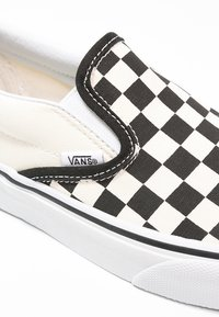 Vans - CLASSIC SLIP-ON - Loaferit/pistokkaat - black/white - 5