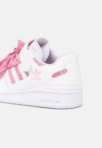 adidas Originals - FORUM LOW UNISEX - Sneakers basse - white/light pink - 4