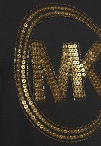 MICHAEL Michael Kors - Camiseta estampada - black/antique brass - 5