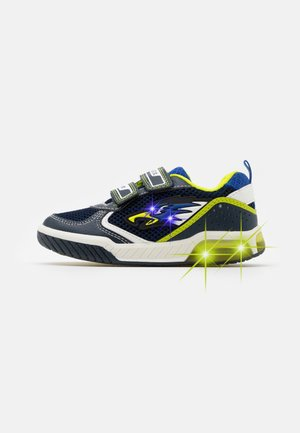 INEK BOY - Trainers - navy/lime