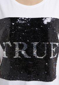 True Religion - SEQUIN TRUE - T-shirt imprimé - white - 6