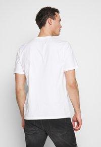 Timberland - KENNEBEC RIVER HORIZON GRAPHIC TEE - T-shirt med print - white - 2
