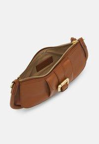 See by Chloé - LESLY LESLY BAGUETTE - Handbag - caramello - 2