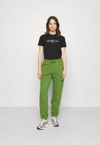Calvin Klein Jeans - LOGO TEE - Camiseta estampada - black - 1