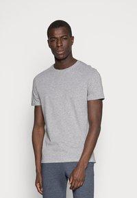 Pier One - 3 PACK - T-shirt basic - white/black/light grey - 3