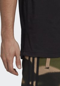 adidas Originals - STRIPE UNISEX - T-shirt med print - black/chalk white - 5
