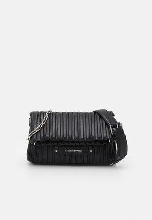 KUSHION FOLDED TOTE - Håndtasker - black