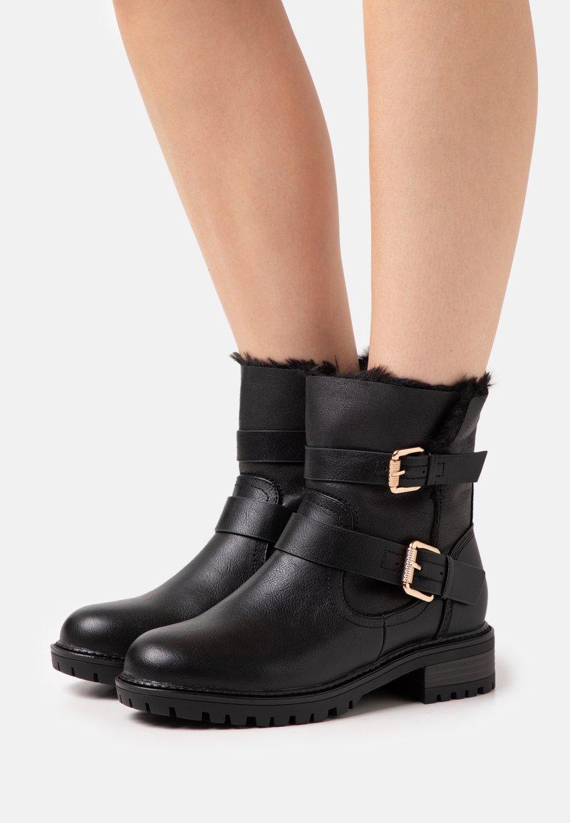 Dorothy Perkins Wide Fit - WIDE FIT ARUBABUCKLE BOOT - Cowboy/biker ankle boot - black