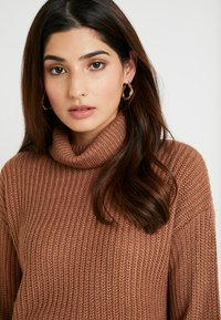 Missguided Petite - ROLL NECK CROP JUMPER - Strickpullover - mocha - 3