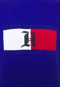 Tommy Hilfiger - LEWIS HAMILTON UNISEX BOX RIBBED MOCK NECK  - Pullover - sapphire blue - 2
