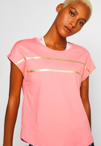 ONLY Play - ONPFELICE LOOSE TRAINING TEE - T-Shirt print - strawberry pink/white gold - 4