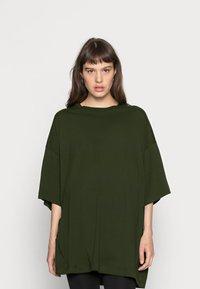 Weekday - HUGE - Basic T-shirt - green dark - 0
