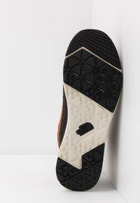 The North Face - MEN'S BACK-TO-BERKELEY REDUX REMTLZ LUX - Hiking shoes - caramel cafe/black - 4