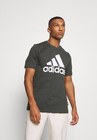 adidas Performance - ESSENTIALS SPORTS SHORT SLEEVE TEE - T-shirt med print - anthracite - 0
