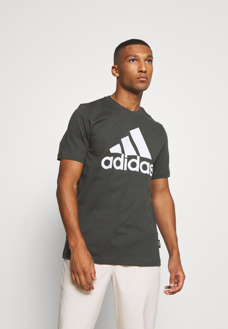 adidas Performance - ESSENTIALS SPORTS SHORT SLEEVE TEE - T-shirt med print - anthracite