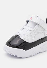 Jordan - MAX AURA 2 UNISEX - Basketball shoes - white/gym red/black - 5
