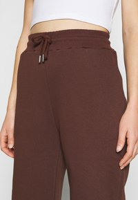 Nly by Nelly - PERFECT SLOUCHY PANTS - Pantalon de survêtement - brown - 5