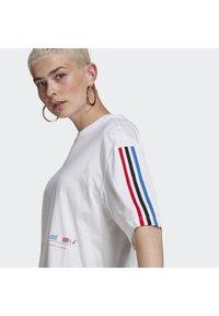 adidas Originals - OVERSIZED TEE ADICOLOR ORIGINALS LOOSE T-SHIRT - T-shirt imprimé - white - 5