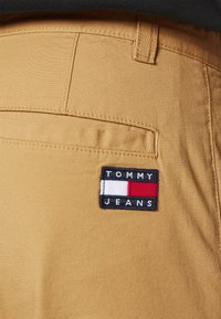 Tommy Jeans - ETHAN BLEND PANT - Chino kalhoty - beige/camel - 4