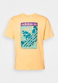 SUMMER TONGUE UNISEX - Print T-shirt - acid orange