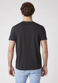 Wrangler - T-shirt med print - faded black - 2