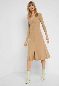 ORSAY - MIT V-AUSSCHNITT - Jumper dress - beige floral - 0