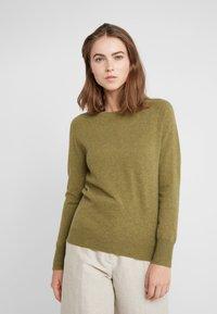 pure cashmere - CLASSIC CREW NECK  - Jersey de punto - olive - 0