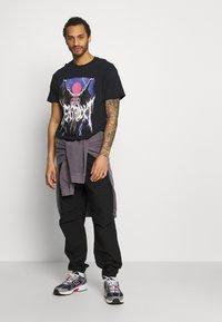 Night Addict - STATUE - Print T-shirt - black - 1