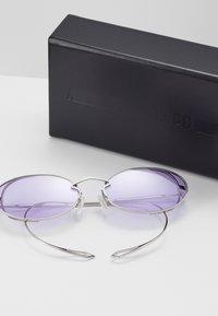 McQ Alexander McQueen - Lunettes de soleil - silver-coloured/violet - 3