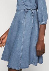 Vero Moda Tall - VMHENNA WRAP SHORT DRESS - Denimové šaty - light blue denim - 5